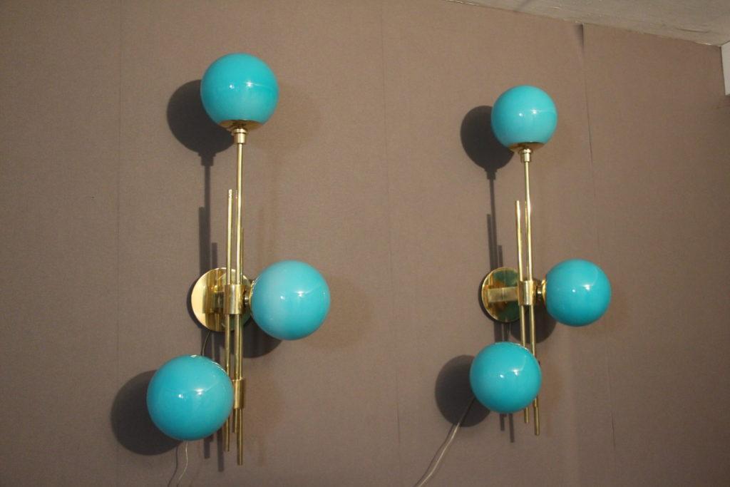 Paire d'appliques en laiton doré et 3 globes bleu turquoise en verre de Murano