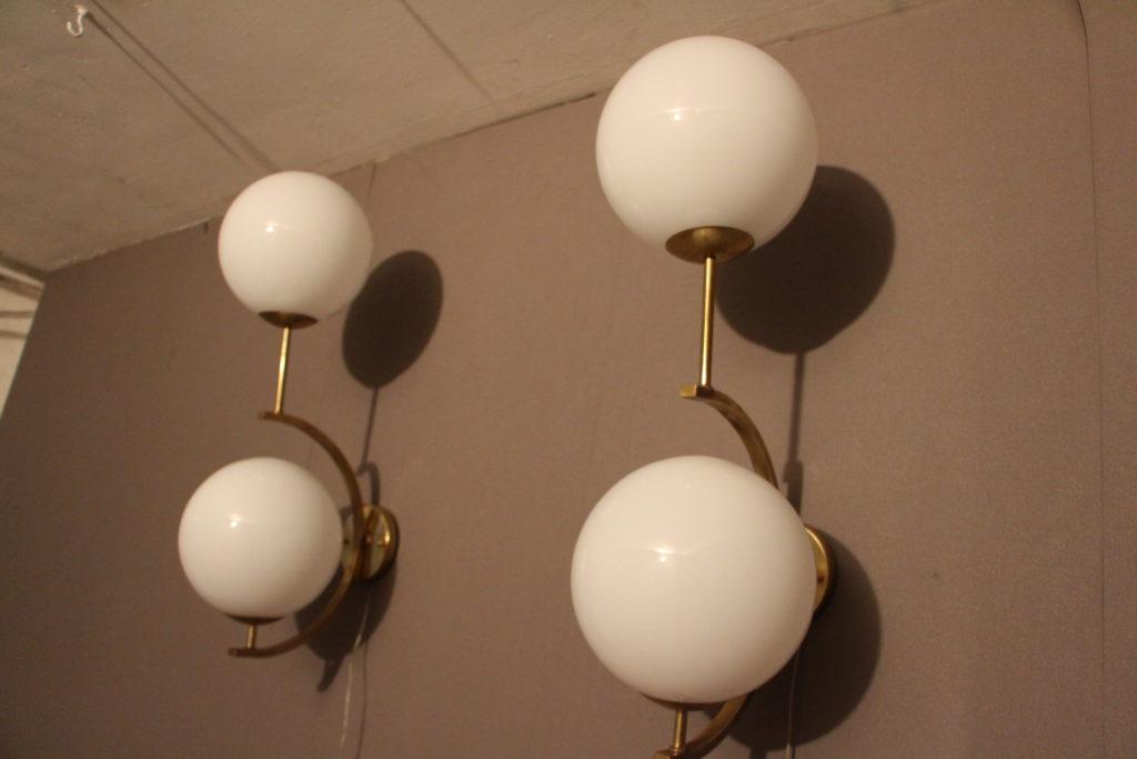 Paire d'appliques en laiton doré et 2 globes blancs en verre de Murano