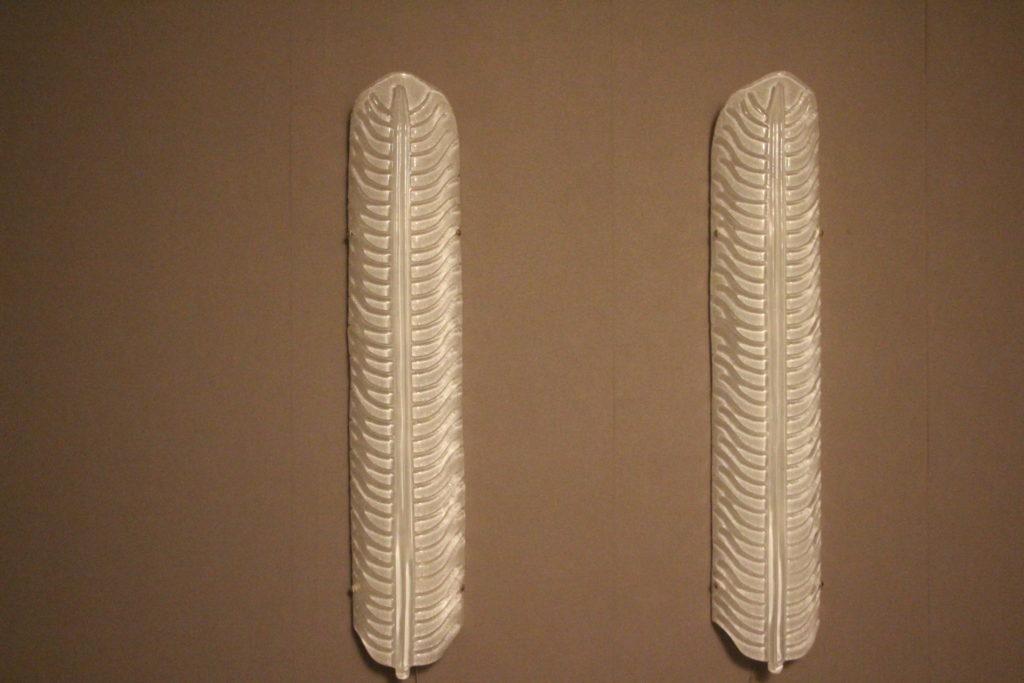Paire d'appliques en longueur,en forme de plume an verre de Murano blanc
